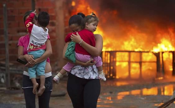 Bewohnerinnen von Pinheirinho verlassen ihre brennendes Quartier Bild: YouTube Screenshot